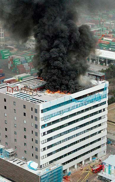 Горящее офисное здание в Токио. Землетрясение произошло в разгар рабочего дня в 14:46 по местному времени. (KYODO / Reuters)