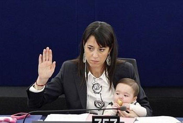 Второй визит малышки Виктории в Европарламент (5 фото)