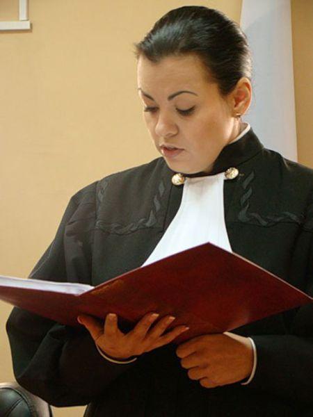 Судья, уволенная из-за скандальных фото (7 фото)