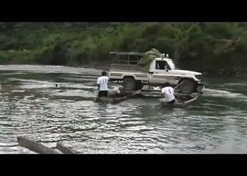 Переправа авто через реку в Боливии