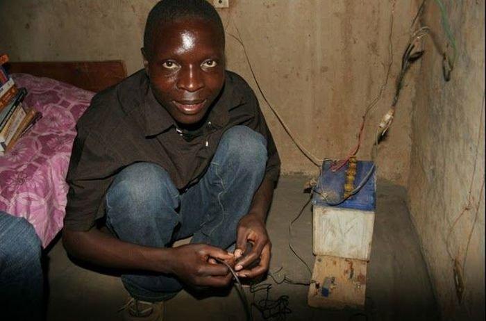 Африканец построил из мусора ветряную электростанцию (19 фото)