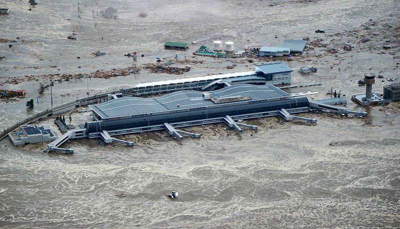 Окруженный водой аэропорт Сендай в префектуре Мияги после яростного цунами и одного из сильнейших в истории страны землетрясений. (Kyodo News/Associated Press)