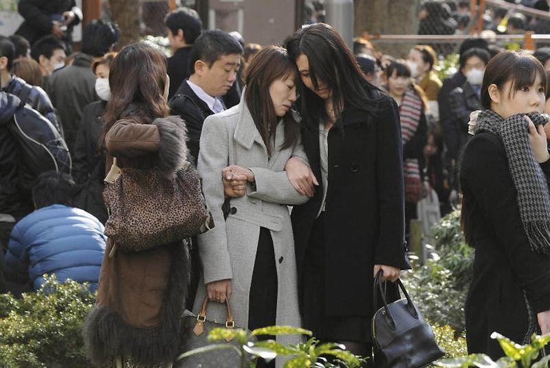 Эвакуированные из зданий жители Токио в центральном парке Синдзюку. После землетрясения в пятницу предупреждение о возможном цунами распространилось на весь Тихоокеанский бассейн, за исключением США и Канады. (Reuters)