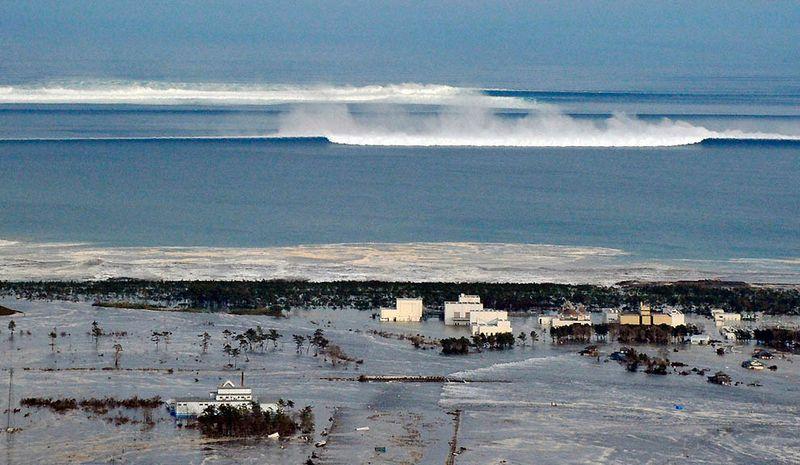 Приближающиеся цунами у берегов города Натори в префектуре Мияги. Сильнейшее за последние 140 лет землетрясение прогремело у северо-восточного побережья Японии 11 марта, вызвав столь же сильнейшее цунами, сметающее все на своем пути. (Reuters)