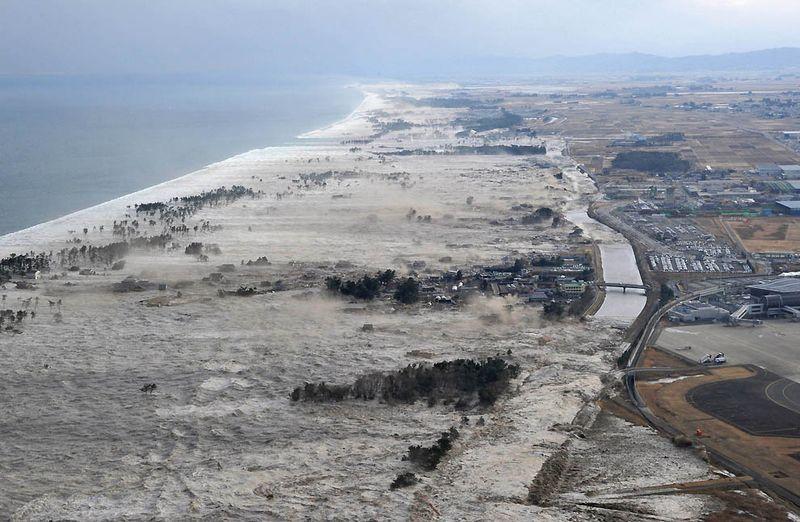 Вызванное землетрясением цунами у берегов Иванума. (Kyodo News/Associated Press)