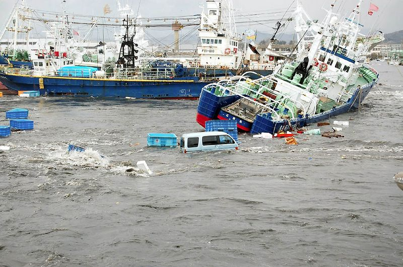 Рыбацкие судна и автомобили после цунами в порту Онахама в префектуре Фукусима. (Fukushima Minpo/AFP/Getty Images)