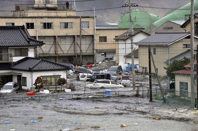 Волны обрушились на дома и автомобили в городке Кесеннума в префектуре Мияги. (AFP/Getty Images)