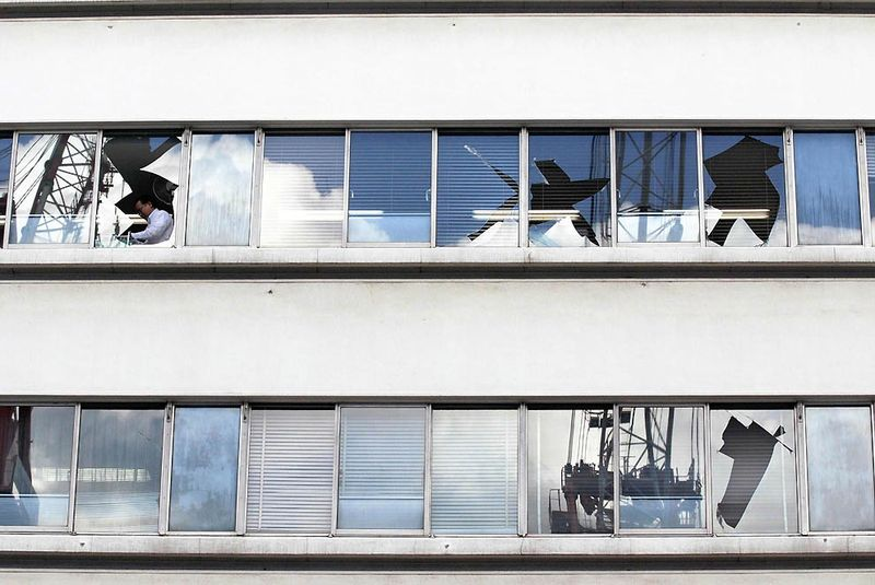 Разбитые окна в здании после землетрясения в Токио. (Reuters)