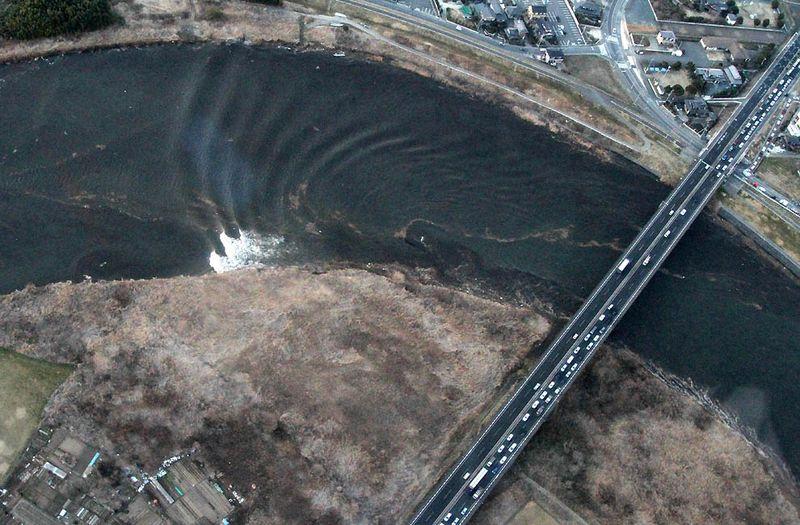 Вид с воздуха на движение цунами в реке Нака в Хитачинаке, префектура Ибараки. (AFP/Getty Images)