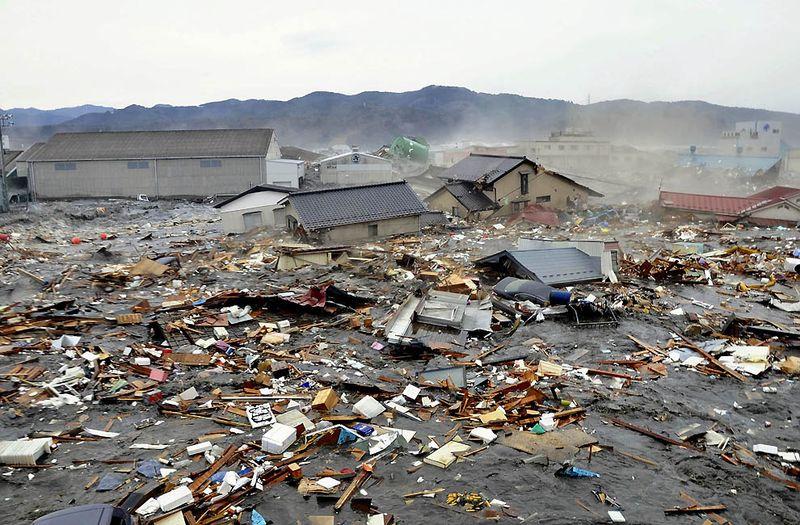 Дома, автомобили и обломки, вымытые на берег цунами в Кесеннуме. (Keichi Nakane/Associated Press/The Yomiuri Shimbun)