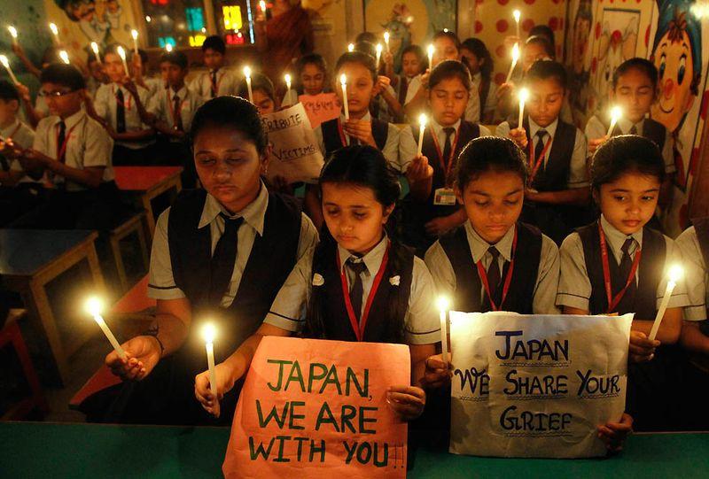 Ученики школы в индийском Ахмедабаде молятся за жертв землетрясения в Японии. (Amit Dave/Reuters)