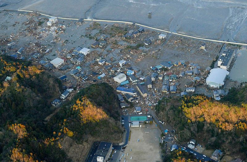 Разрушенные здания после цунами в Иваки. (REUTERS/KYODO)
