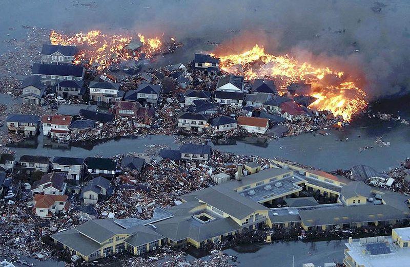 Охваченные огнем дома после наводнения в реке Натори. (AP Photo/Yasushi Kanno, The Yomiuri Shimbun)