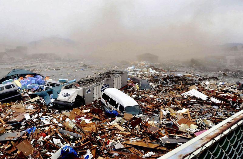 Автомобили в обломках после цунами в Кесеннума в префектуре Мияги. (AP Photo/Keichi Nakane, The Yomiuri Shimbun)