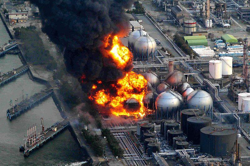 Горящие цистерны с природным газом на заводе Космо в Ичихаре. (REUTERS/Asahi)
