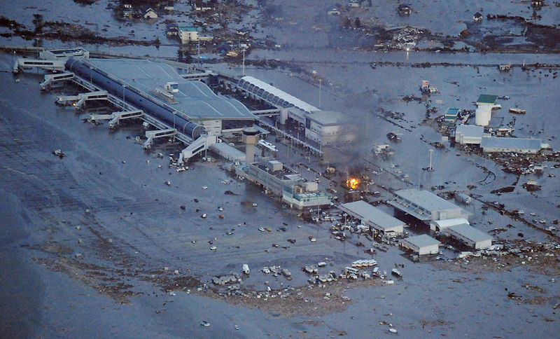 Пожар в терминале аэропорта в Сендай. (REUTERS/KYODO)