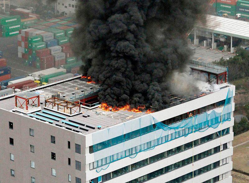 Пожар в офисном здании в Токио. (REUTERS/Kyodo)