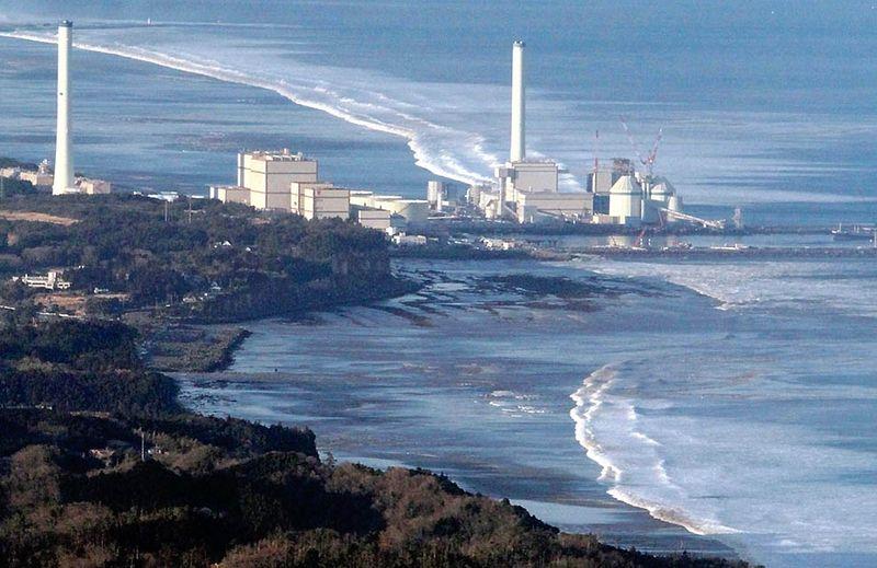 Волны приближаются к электростанции после землетрясения в Хироно. (REUTERS/YOMIURI)