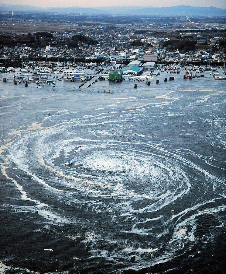 Лодки уносит цунами после землетрясения в Асахикаве. (REUTERS/YOMIURI)