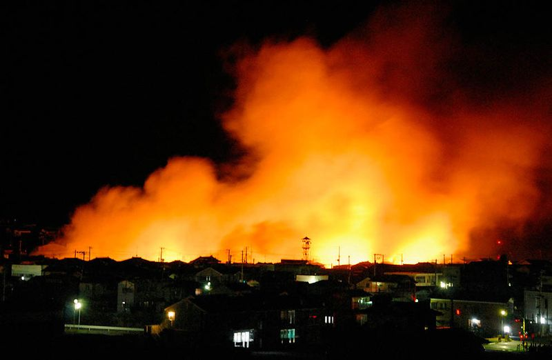Пожар в порту Иваки. (REUTERS/KYODO)