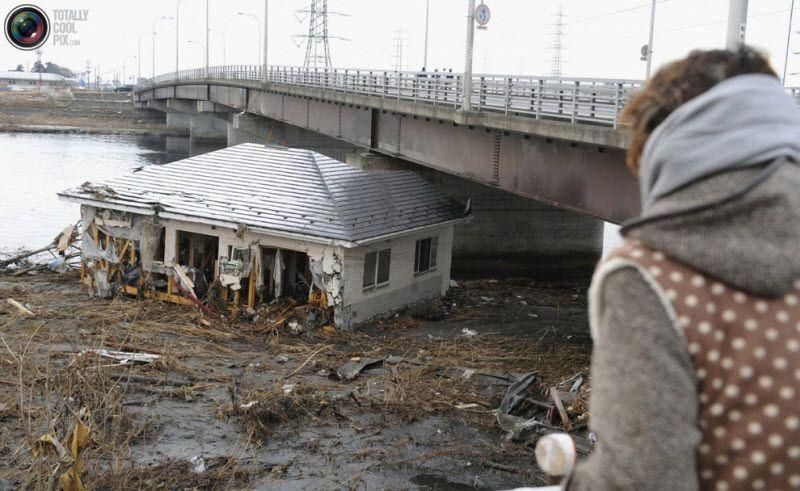 Сендай, 12 марта 2011 года. Здание, смытое волной цунами под мост.