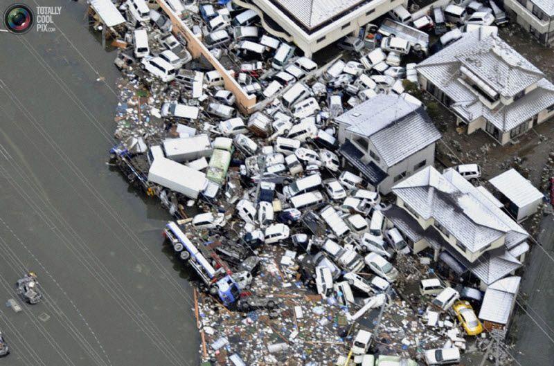 Смытые цунами машины, Сендай, 12 марта 2011 года.