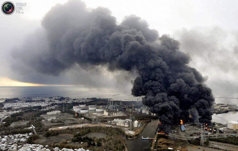 Дым над горящей фабрикой, Сендай, префектура Мияги, 12 марта 2011 года.