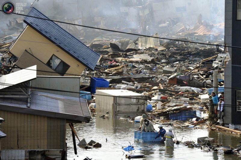 Людей спасают из разрушенного здания, префектура Мияги.