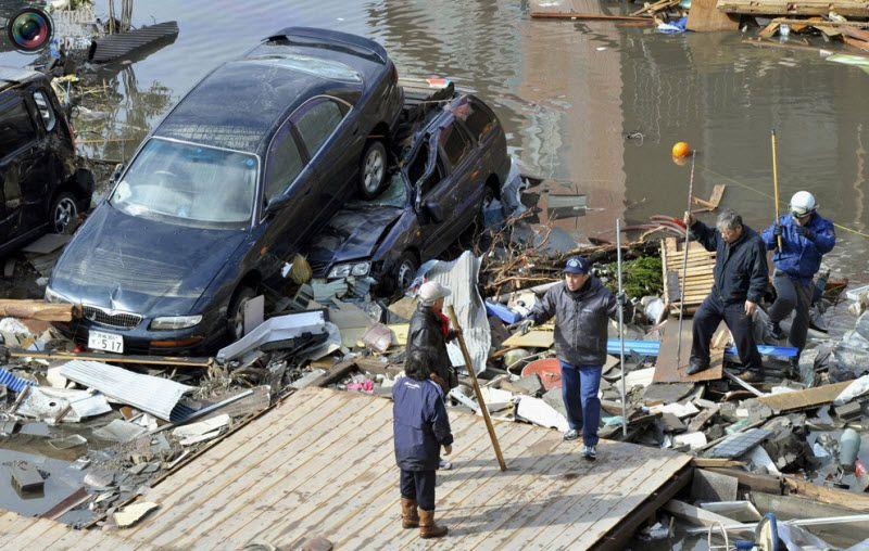 Пострадавшие в результате землетрясения и цунами в префектурае Мияги на северо-востоке Японии, 12 марта 2011 года