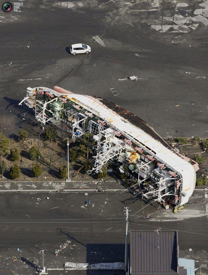 Префектура Аомори, 12 марта 2011 года. Корабль, выброшенный на берег.