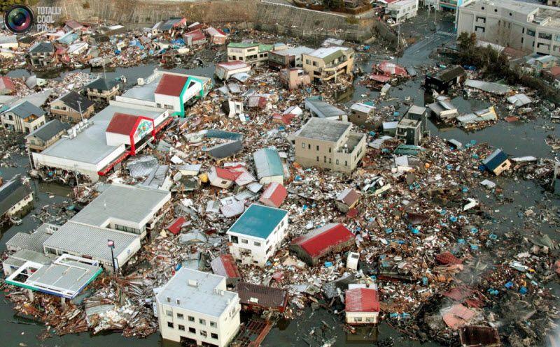 Разрушенные цунами дома, префектура Мияги, 12 марта 2011 года.