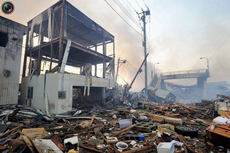 Дым над разрушенными домами, префектура Мияги, северо-восток Японии, 12 марта 2011 года.
