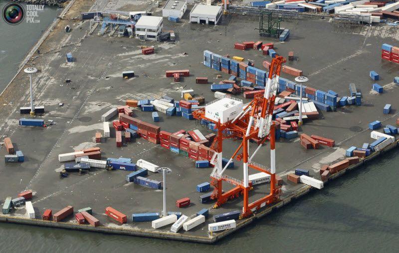 Грузовые контейнеры в Аомори, северная Япония, 12 марта 2011 года.