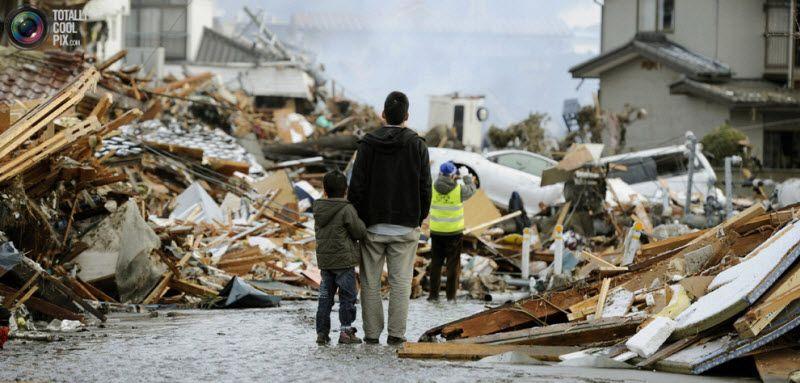 Мужчина и ребенок среди развалин.