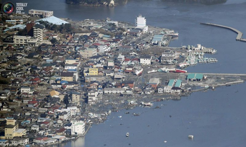 Вид с воздуха на пострадавший от цунами прибрежный город Минамисома, 12 марта 2011 года.
