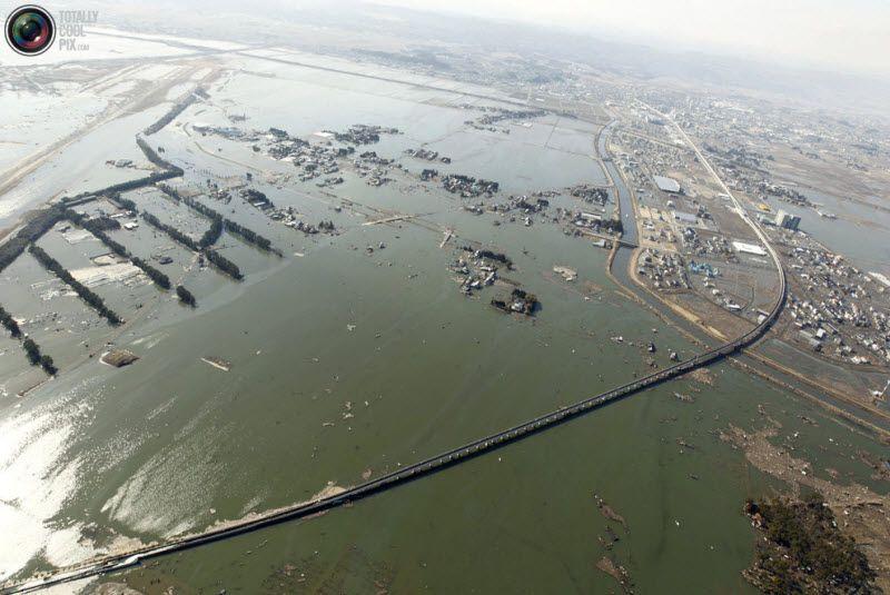 Дороги ми населенные пункты полностью разрушены, северо-восток Японии, 12 марта 2011 года.