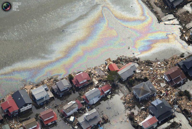 Разрушенные дома и бензиновые разводы в Сендай.