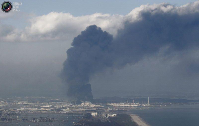 Дым над Сендай, 12 марта 2011 года.