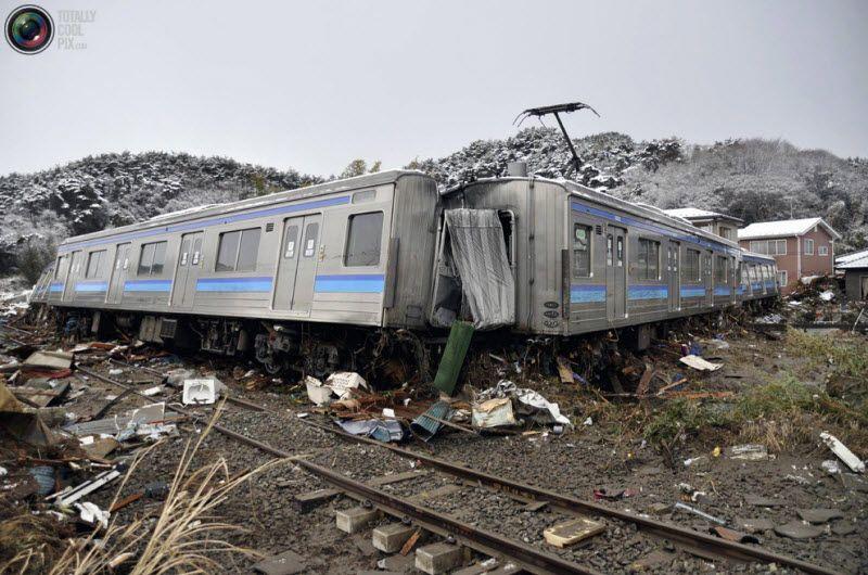 Разрушенный поезд в городе Матсушима, префекторат Мияги, 12 марта 2011 года.
