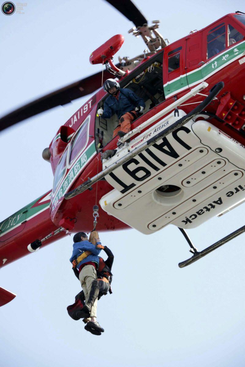 Женщину спасает вертолет в Сендай.