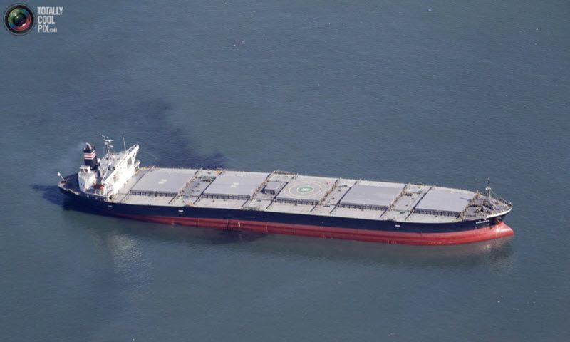 Полузатопленный нефтетанкер у побережья Сендай.