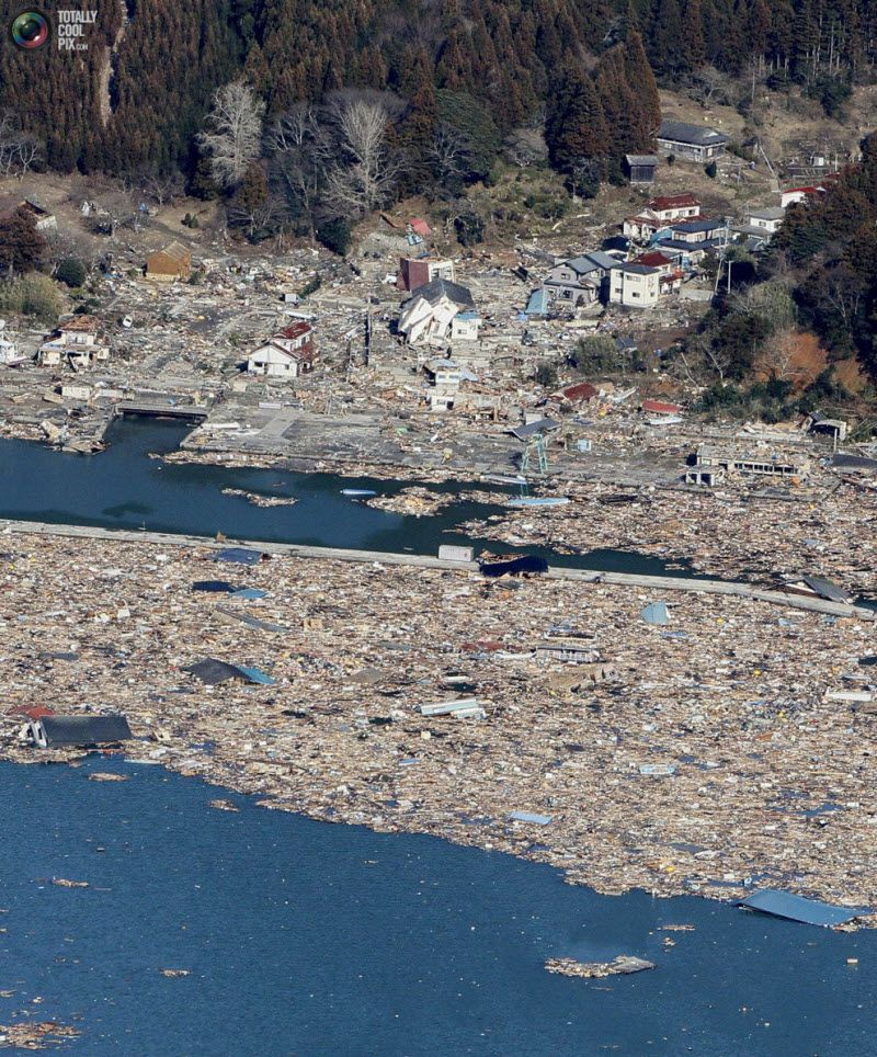 Развалины домов и порта в городе Ишиномаки, префектура Мияги, 12 марта 2011 года.