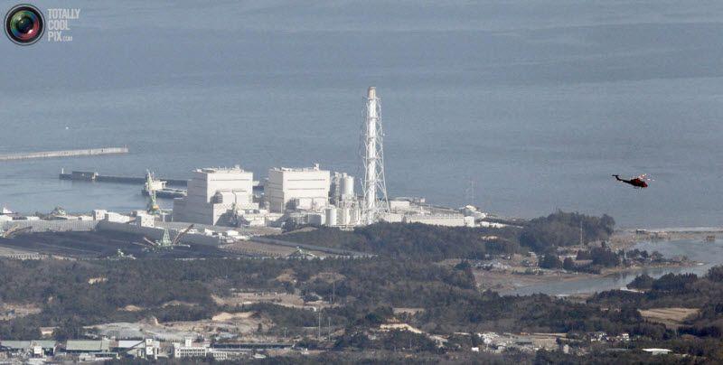 Вертолет над ядерным реактором атомной станции Фукусима-1, 12 марта 2011 года. Генеральный секретарь кабинета министров Японии Юкио Эдано подтвердил, что на станции был взрыв и утечка радиации.