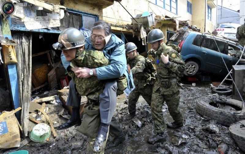 Мужчину спасает солдат сил самообороны, город Кесеннума, префектура Мияги.