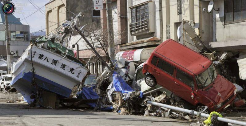 Судно и машины, разрушенные цунами, на улицах Мияко, префектура Иватэ, 12 марта 2011 года.