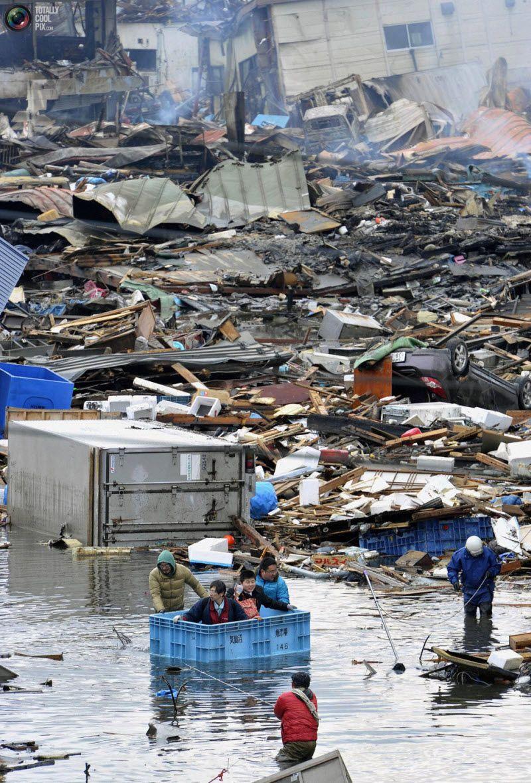 Люди спасаются в плавучем контейнере в Кесеннума.