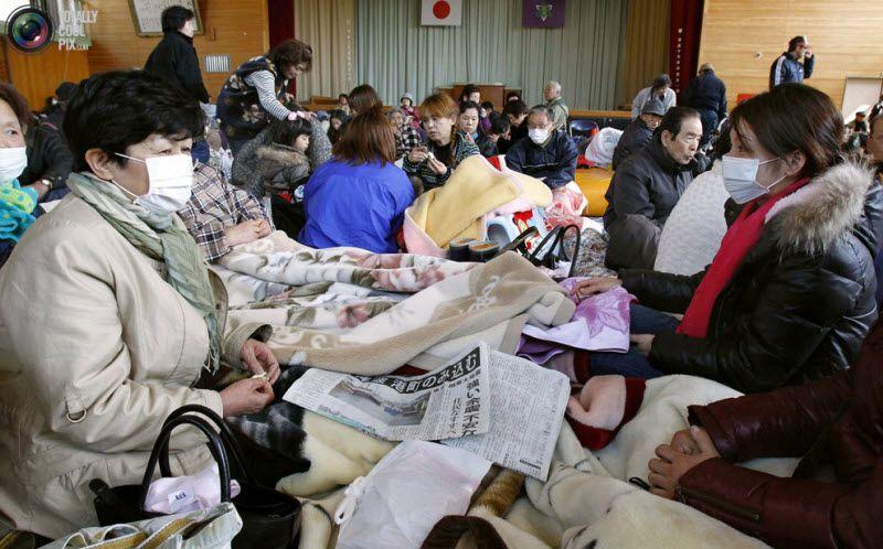 Эвакуированные жители районов неподалеку от атомной станции «Фукусима-1» в эвакуационном центре в здании начальной школы в Нами, префектура Фукусима, 12 марта 2011 года.