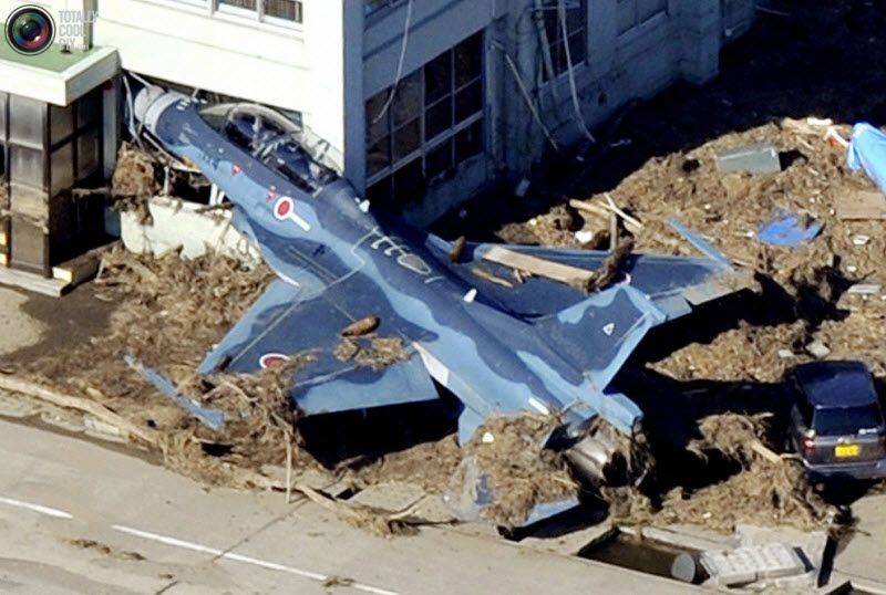 Самолет войск самообороны, врезавшийся в здание в аэропорту в городе Хигашиматсушима в префектуре Мияги.