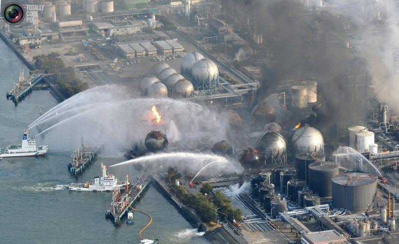 Корабли пожарной службы пытаются погасить возгорание на нефтяном заводе в городе Ишибара, префектура Чиба, 12 марта 2011 года.
