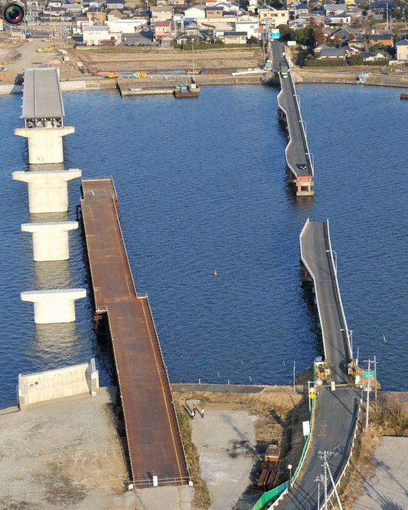 Два разрушенных моста в городе Намегата, префектура Ибараки, 12 марта 2011 года.